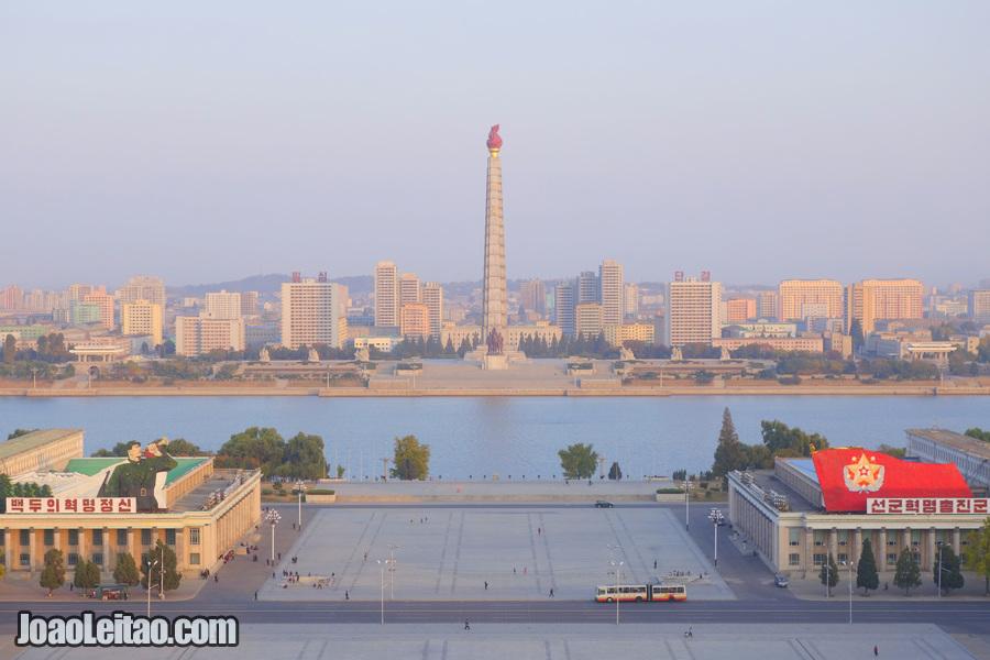 Praça Kim Il-sung e Torre Juche vistas da Grande Casa de Estudos do Povo