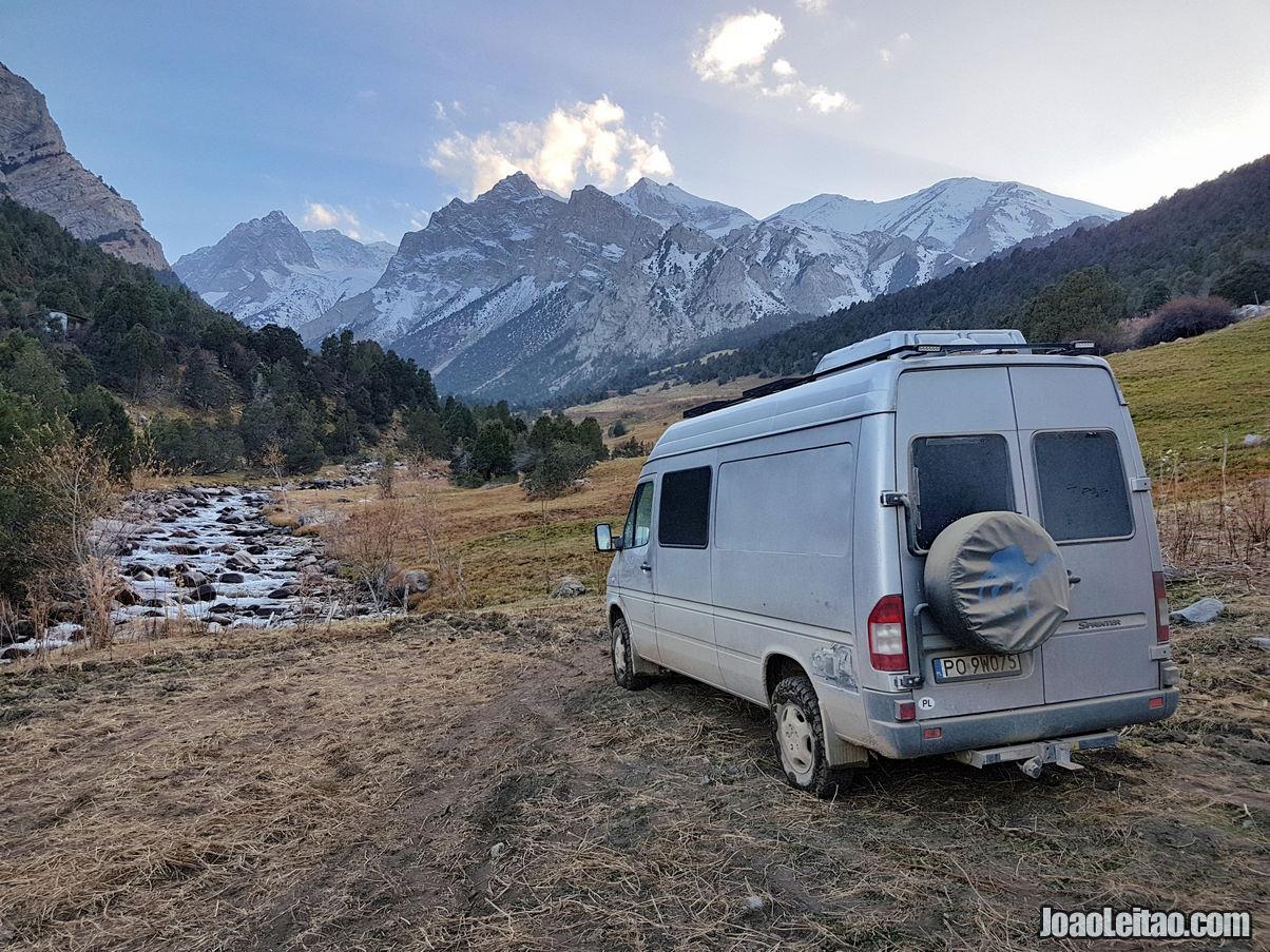Estacionado para passar a noite no Parque Nacional Kyrgyz Ata