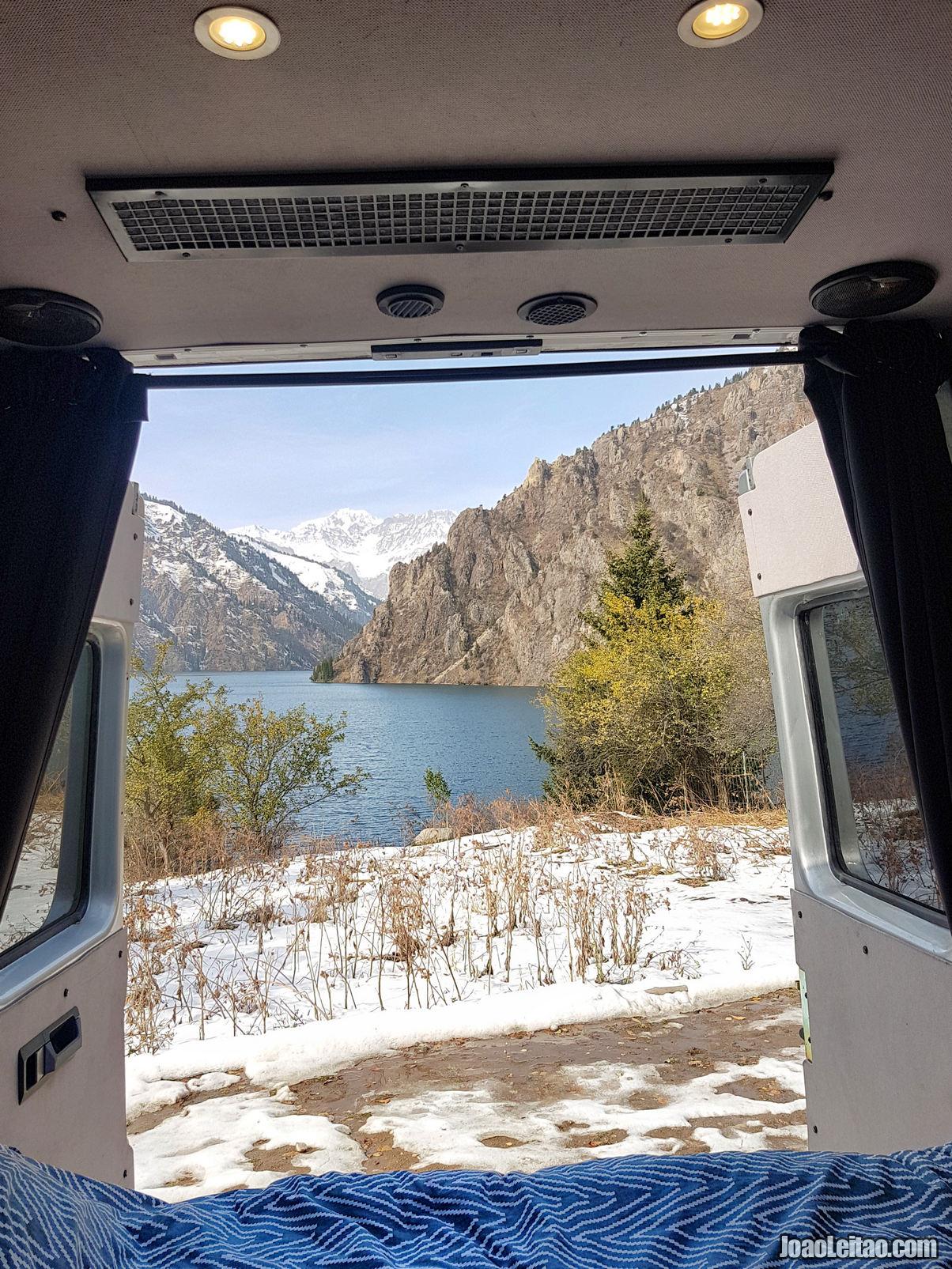 Vista da porta de trás da auto-caravana no Lago Sary-Chelek