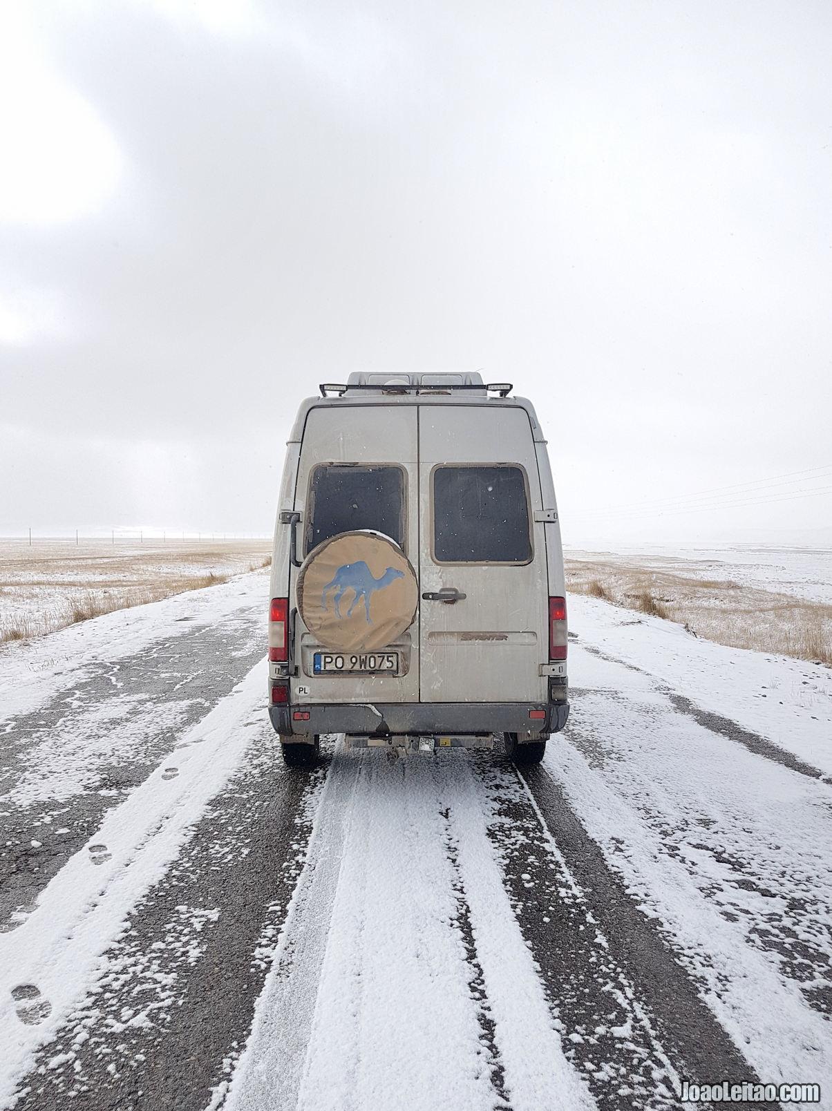 Estrada entre Sary-Tash e a fronteira com o Tadjiquistão em Bor-Doba