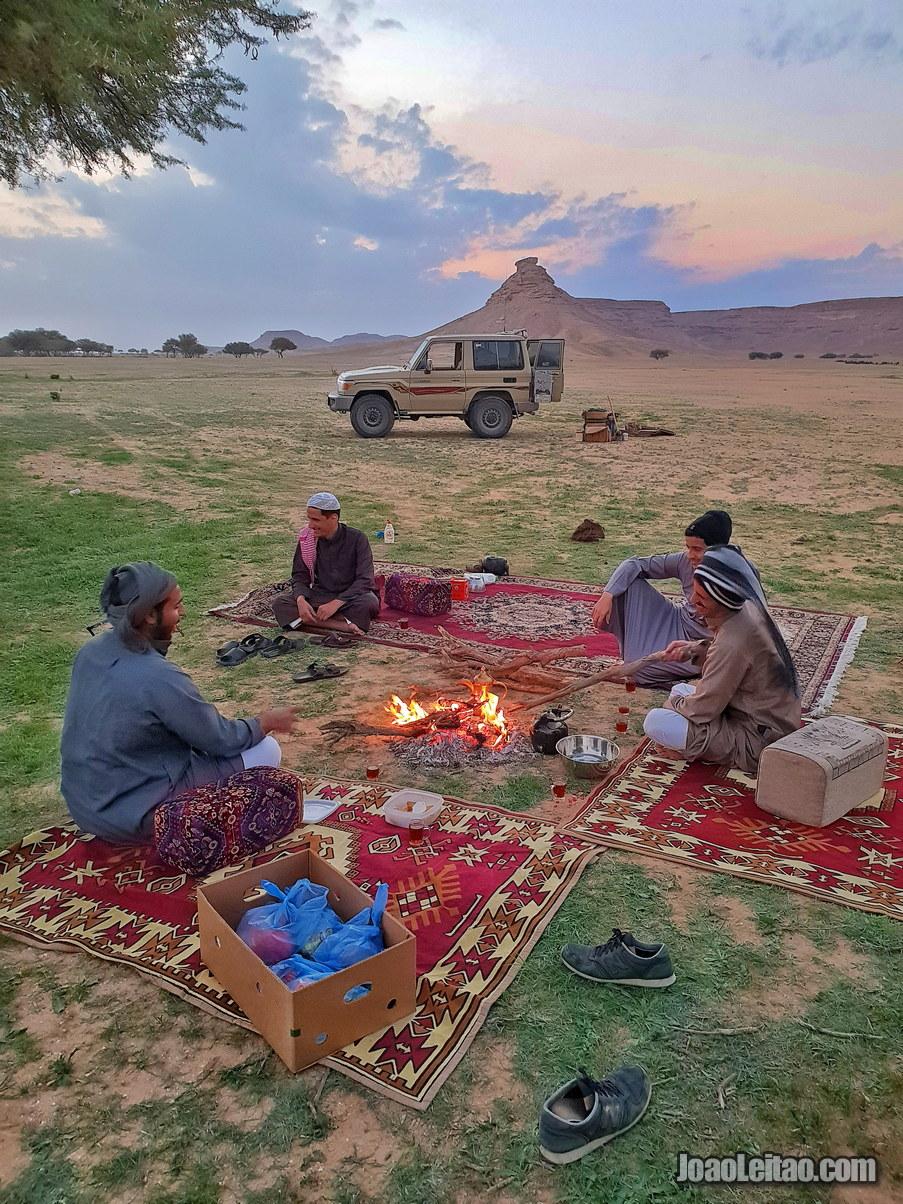 Sauditas amigáveis a acampar no deserto
