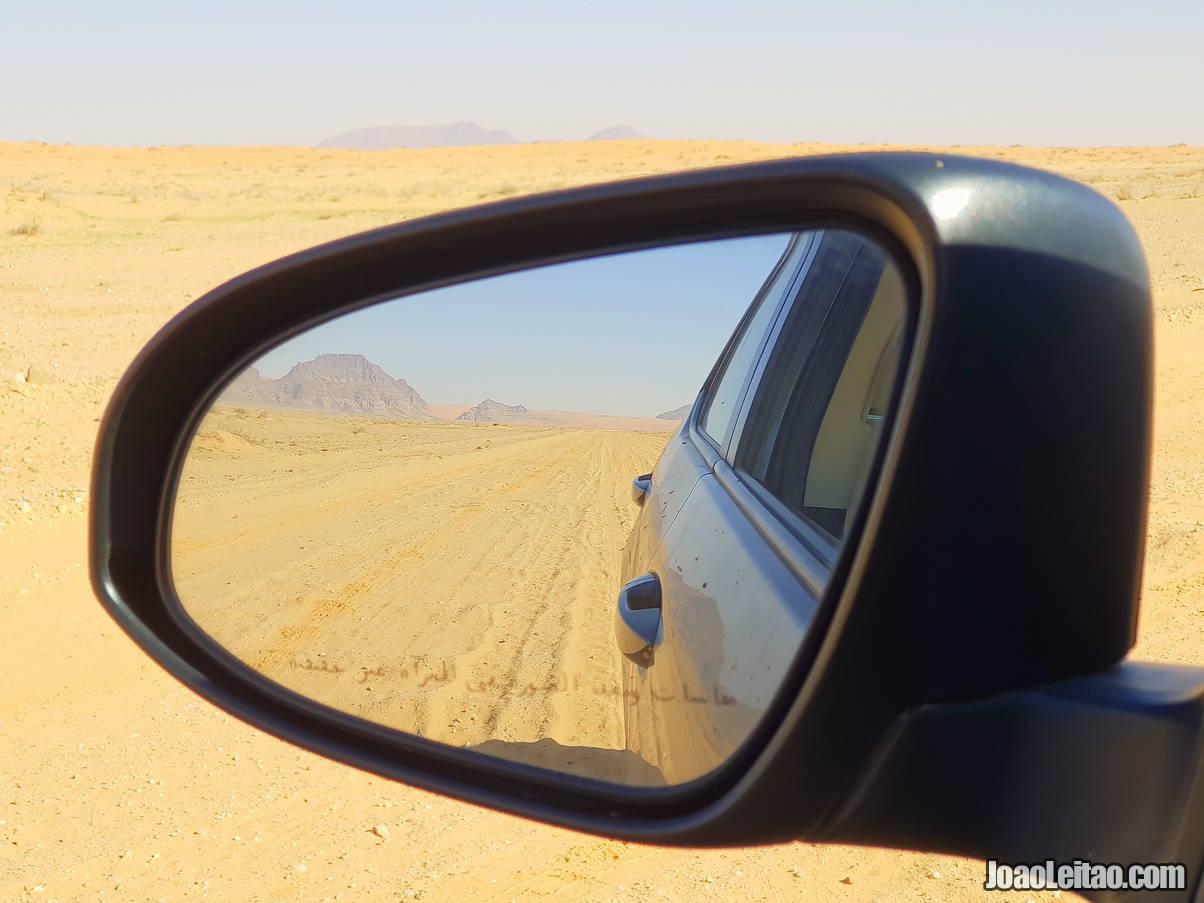 A conduzir no deserto da Arábia Saudita